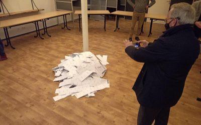 Burgemeester op bezoek in het stemlokaal in De Glind