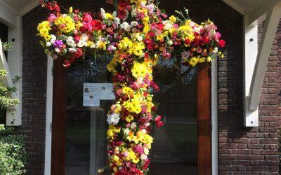 Bloemenkruis met Pasen